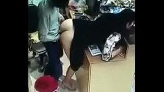 مدير المتجر ينيك البائعة في المتجر أمام الناس الجنس العربي القذر