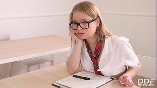 المدرس ينيك الطالبة الروسية أم نظارات في طيزها بعد الدوام الجنس ...