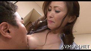 الأم اليابانية الساخنة تهيج ابنها الشاب الممحون حتى ينيكها ويركبها ...