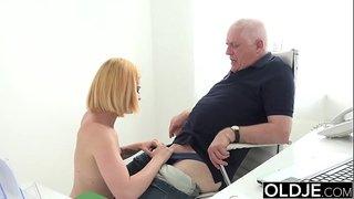 الرجل العجوز يلحس الكس الصغير ويدخل زبه الفي فم المراهقة الجنس ...